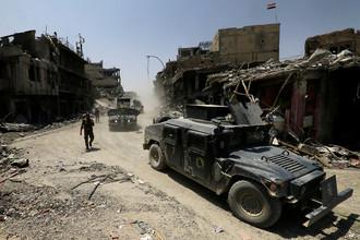 Автомобили иракской армии в старом городе Мосула, 10 июля 2017 года
