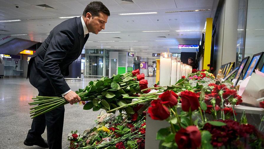 Президент Украины Владимир Зеленский во время возложения цветов в аэропорту Борисполь в память о погибших при крушении украинского Boeing 737-800 под Тегераном, 9 января 2020 года