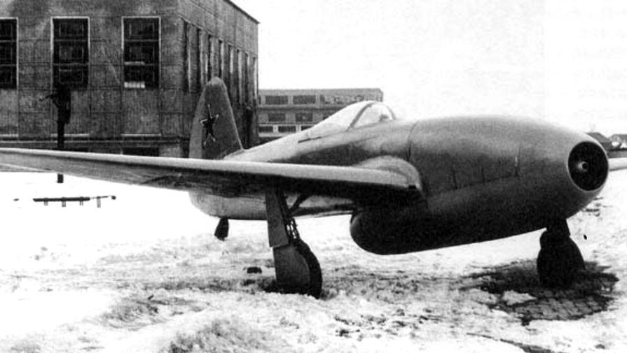 Опытный истребитель Як-Юмо с двигателями Jmo-004 на заводском дворе