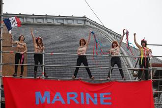 Участницы протестного движения Femen с надписью «Марин во власти, Марианна в отчаянии» во время второго тура президентских выборов во Франции, 7 мая 2017 года