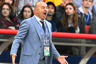 Главный тренер сборной России Станислав Черчесов во время матча Кубка конфедераций-2017 по футболу между сборными России и Португалии.