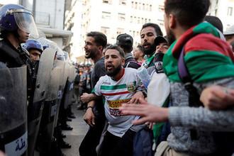 Студенты и сотрудники силовых структур во время протестной акции в столице Алжира, 5 марта 2019 года