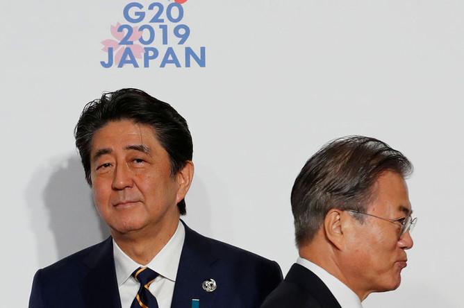 Премьер-министр Японии Синдзо Абэ и президент Республики Корея Мун Джэин на полях саммита G20 в Осаке, 28 июня 2019 года