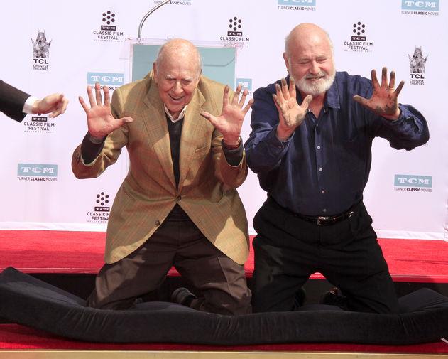 Карл Райнер с сыном Робом Райнером на Аллее славы Голливуда, 2017 год