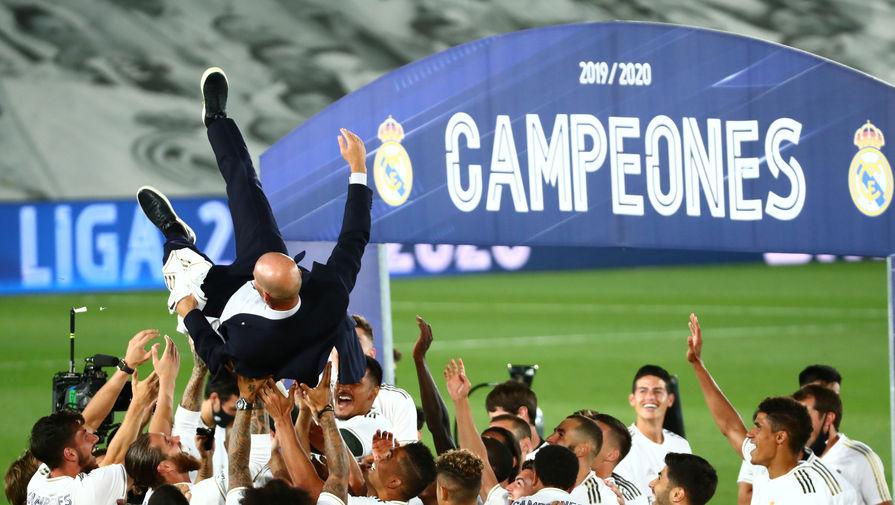 Главный тренер «Реала» Зинедин Зидан празднует с командой чемпионство в Ла Лиге