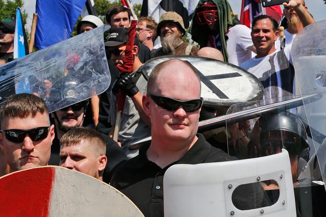 Националисты во время демонстрации около входа в парк Ли в городе Шарлотсвилле, штат Вирджиния, 12 августа 2017 года