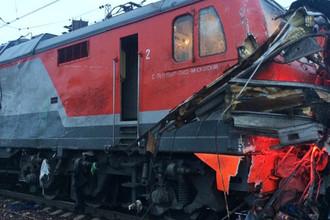 Поврежденный локомотив после столкновения с автобусом на железнодорожном переезде в Покрове во Владимирской области, 6 октября 2017 года