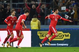 Игроки сборной России Александр Кокорин, Федор Смолов и Далер Кузяев радуются голу