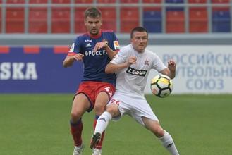 Игрок ЦСКА Георгий Щенников (слева) и игрок «СКА-Хабаровск» Александр Черевко