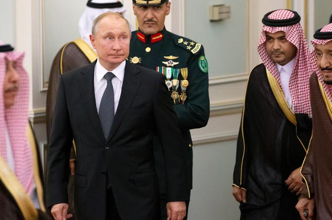 Президент России Владимир Путин и король Саудовской Аравии Сальман бен Абдель Азиз аль Сауд во время встречи, 14 октября 2019 года