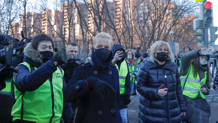 Юлия Навальная около здания Мосгорсуда перед началом заседания по делу Алексея Навального, 2 февраля 2021 года