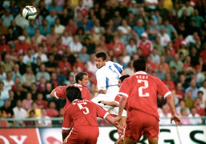 Вместе с национальной командой Семак пробился уже под руководством Георгия Ярцева на Евро-2004, обыграв в решающем матче Швейцарию. На фото Сергей Семак в отборочном матче чемпионата Европы по футболу между сборными России и Швейцарии в 2003 году