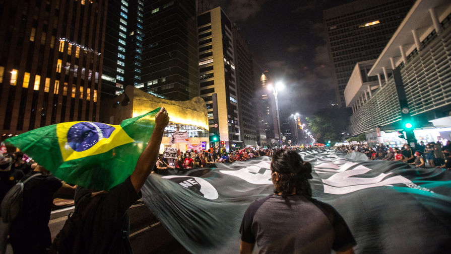 Сторонники президента Бразилии начали атаку на конгресс и устроили разборки с полицией