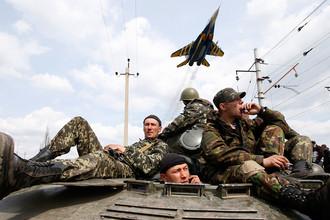 Украинские военнослужащие, бронетранспортер и самолет около Краматорска, апрель 2014 года