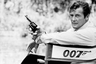 <b>Роджер Мур</b> (14 октября 1927 — 23 мая 2017) — британский актер, самый долгоиграющий Джеймс Бонд за всю историю «бондианы», сыгравший в семи фильмах за 12 лет. На фото: Роджер Мур на съемках фильма «Человек с золотым пистолетом», 1973 год
