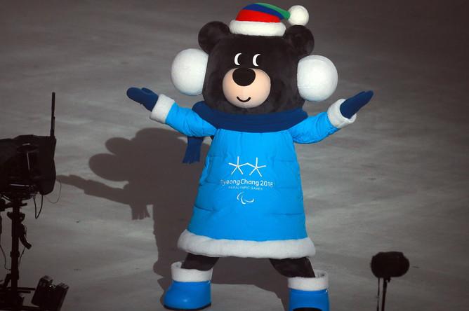 Талисман XII Паралимпийских зимних игр гималайский медведь Пандаби перед началом церемонии открытия XII Паралимпийских зимних игр на Олимпийском стадионе
