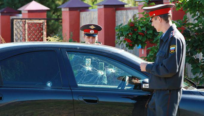 Сотрудники правоохранительных органов на месте убийства главы Сергиева Посада Евгения Душко, 22 августа 2011 года