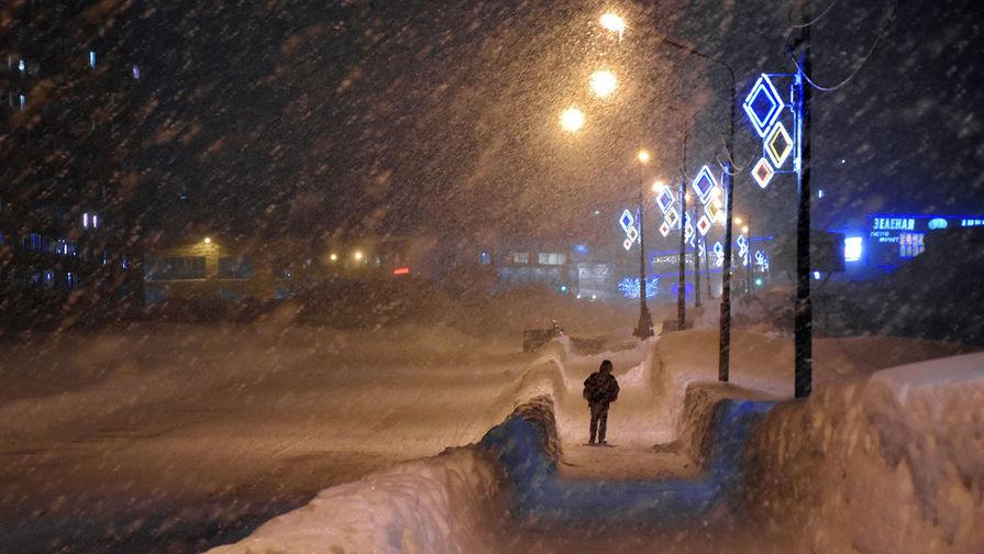 Заснеженная улица в Норильске, ноябрь 2020 года