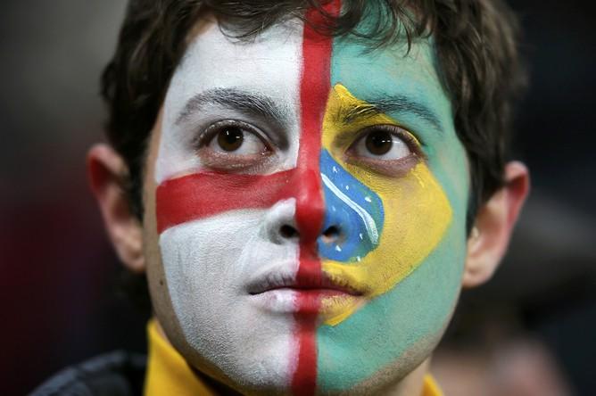 Болельщик с флагами Англии и Бразилии на лице перед матчем на «Уэмбли» в Лондоне