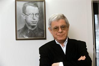 Заместитель генерального директора компании «Русский алюминий» Александр Лившиц у портрета отца. 2005 год.