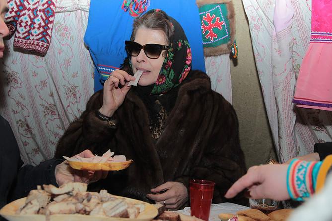 Французская актриса Фанни Ардан пробует сало во время поездки в тайгу в рамках фестиваля «Дух огня» в Ханты-Мансийске, 2012 год