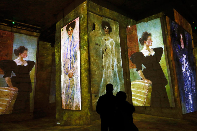 Мультимедийное шоу «Климт и Вена» в пещерах «Карьер-де-Люмьер»