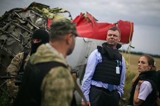 Наблюдатели ОБСЕ на месте падения пассажирского самолета «Малайзийских авиалиний» Boeing 777