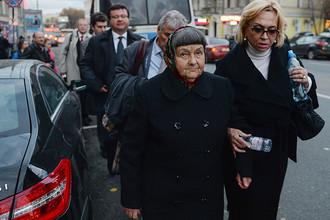 Мать украинской летчицы Надежды Савченко Мария (вторая справа) после заседания Басманного суда Москвы по делу ее дочери