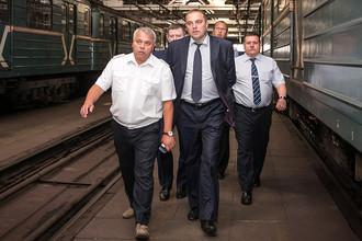 Дмитрий Пегов (в центре) во время посещения электродепо Свиблово