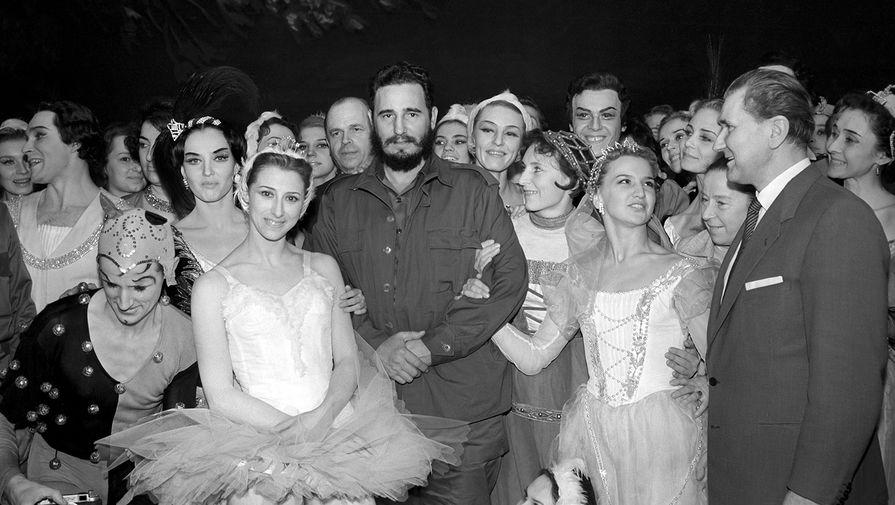 Председатель госсовета Кубы Фидель Кастро и Майя Плисецкая с труппой Большого театра, 1963 год