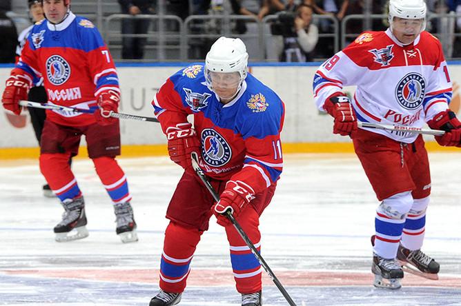 Владимир Путин (в центре) на гала-матче турнира Ночной хоккейной лиги между командами «Звезды НХЛ» и «Сборная НХЛ» в ледовом дворце «Большой» в Сочи