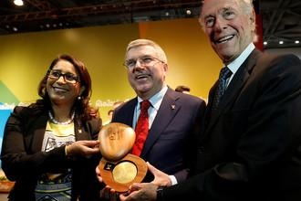 Глава оценочной комиссии МОК Наваль Эль-Мутавакель, президент Томас Бах и президент НОК Бразилии Карлос Артур Нузман на представлении медалей ОИ-2016