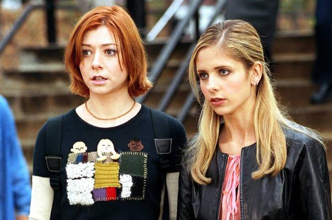 Элисон Хэннигэн и Сара Мишель Геллар. Кадр из сериала «Баффи — победительница вампиров» (1997)