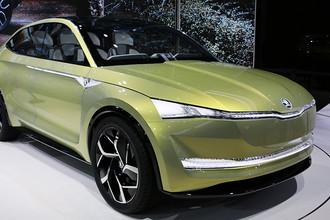 Концептуальный автомобиль Skoda Vision E может разгоняться до 180 км/ч, а мощная тяговая литий-ионная батарея и оптимальная рекуперация энергии обеспечивают ему запас хода до 500 километров. Привод на передние или задние колеса включается в зависимости от множества параметров, обеспечивая максимальную стабильность, динамику и безопасность движения. С этим концептом марка дает представление о принципах автономного вождения в ближайшем будущем
