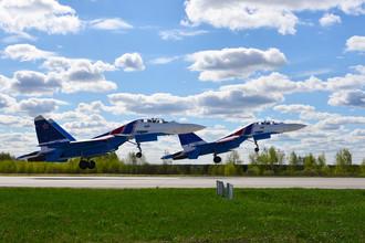 Истребители Су-З0СМ пилотажной группы «Русские витязи» на военном аэродроме Кубинка во время репетиции воздушной части военного парада Победы, 4 мая 2017 года