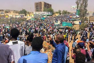 Участники акции протеста около штаб-квартиры армии Судана в Хартуме, 9 апреля 2019 года