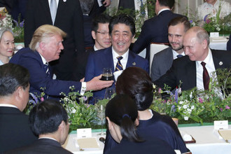 Президент США Дональд Трамп, премьер-министр Японии Синдзо Абэ и президент России Владимир Путин на ужине на саммите G20 в Осаке, 28 июня 2019 года