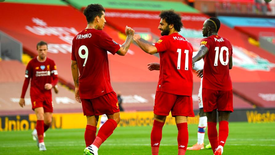 Мохамед Салах отмечает гол с партнерами в матче «Ливерпуль» — «Кристал Пэлас»