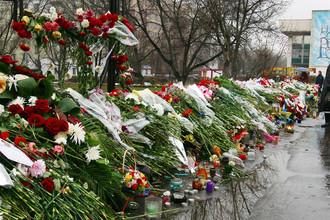 Цветы в память пострадавших от террористов заложников-зрителей мюзикла «Норд-Ост» у Театрального центра на Дубровке, 2002 год