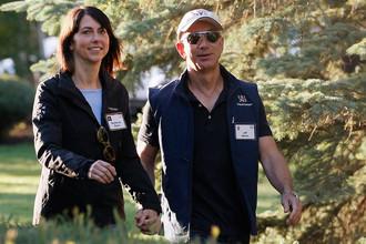 Глава Amazon Джефф Безос с супругой Маккензи Безос перед конференцией в Айдахо, 2013 года