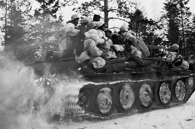 Автоматчики в маскхалатах на броне танка направляются в бой в районе Синявино, 20 января 1943 год