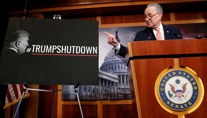 Лидер демократического меньшинства в Сенате Чак Шумер выступает на пресс-конференции, 20 января 2018