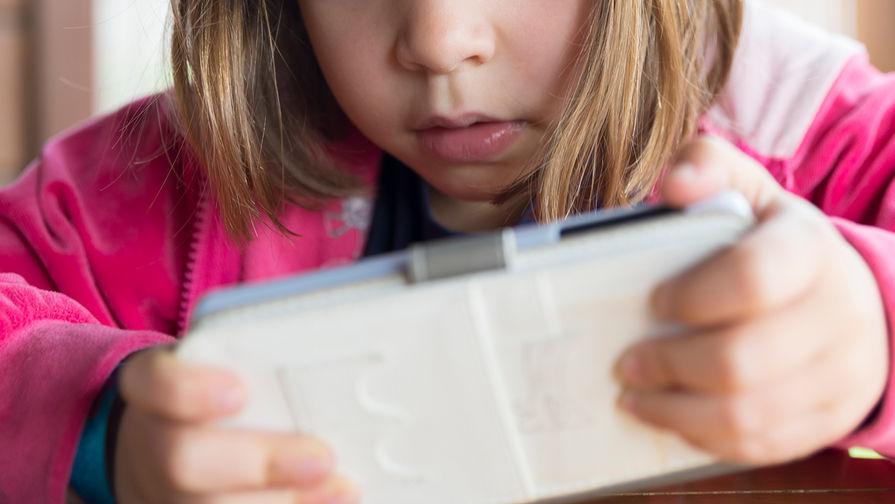 Глава Минпросвещения выступил против использования телефонов на уроках