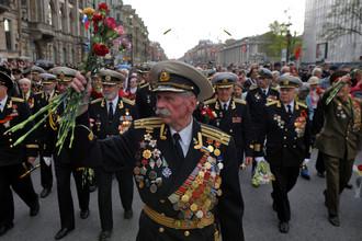 Ветераны празднуют День Победы на одной из улиц Санкт-Петербурга