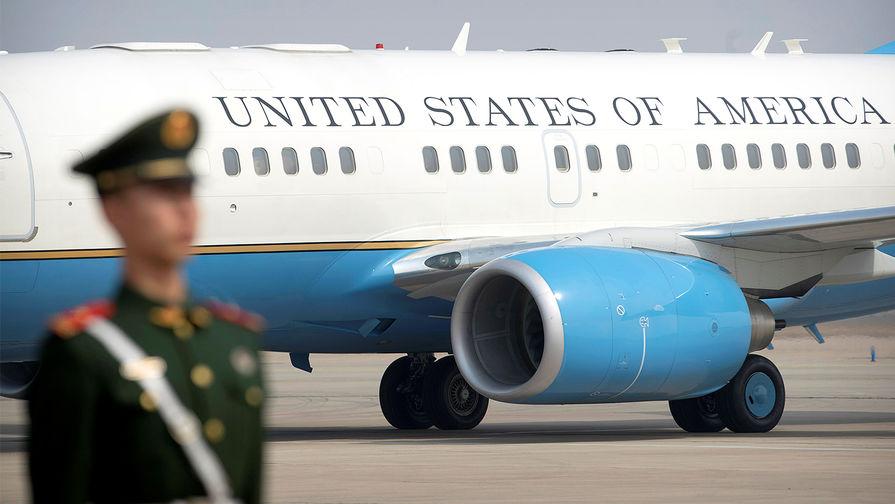 Самолет с госсекретарем США Рексом Тиллерсоном после прибытия в аэропорт Пекина, 18 марта 2017 года