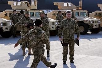 Президент Украины Петр Порошенко во время встречи самолета с партией американских военных автомобилей HMMWV, март 2015 года