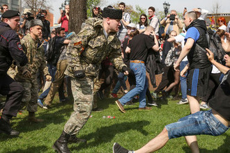 Столкновения казаков и членов НОД с протестующими во время несогласованной акции сторонников оппозиционного политика Алексея Навального в центре Москвы, 5 мая 2018 года