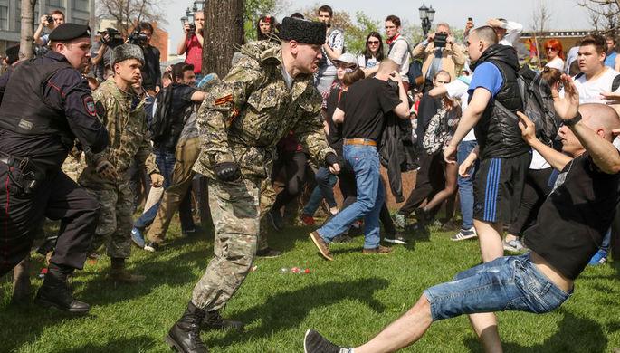 Столкновения казаков и членов НОД с протестующими во время несогласованной акции сторонников...