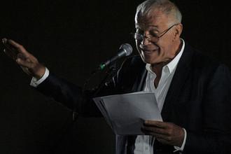 Актер Сергей Гармаш выступает на городском фестивале «БеспринцЫпные чтения» в саду «Эрмитаж» в Москве, 2017 год