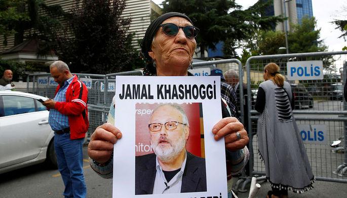 Участница протестной акции с портретом журналиста Джамаля Хашукджи около консульства Саудовской Аравии в Стамбуле, 9 октября 2018 года